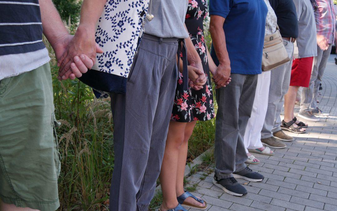 Gut 300 Bürger umarmten den Kleinbecker Park